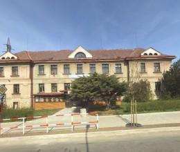 Nové Město nad Metují darovalo Mateřské a základní škole NONA budovu včetně přilehlých pozemků