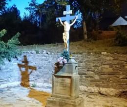 Na příjezdu do Náchoda je nově nasvícený krucifix