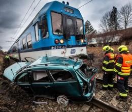 Po nehodě vlaku a osobního vozu evakuovali hasiči 101 osob